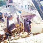 Caminhão despenca de barranco e cai em cima de casa em Rio Bananal