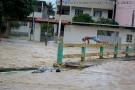 Perigo: jovens brincam no rio Itaúnas durante a enchente em Barra de São Francisco