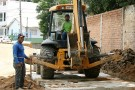 Sobras de granito são usadas para evitar água empoçada em rua no bairro Campo Novo