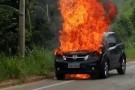 Carro pega fogo próximo à
