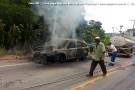 Funcionários da prefeitura apagaram fogo que destruiu carro em Barra de São Francisco. Veja fotos