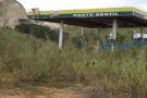 Por quais motivos a construção do posto de gasolina não chega ao seu término em Mantena?