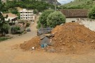 Amontoado de terra em rua incomoda moradores de Mantena
