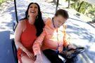 Silvio não contém mão boba e alisa perna de Helen Ganzarolli