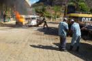 Carro pega fogo em pátio de posto de gasolina e causa pânico em Mantena