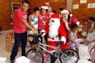 Papai e Mamãe Noel fazem a alegria das crianças em Barra de São Francisco. Confira as fotos