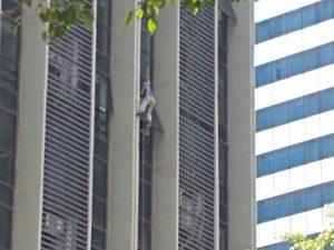 Operário fica pendurado em fachada de prédio em Vitória