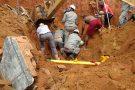 Homem fica soterrado após barranco ceder, em Barra de São Francisco