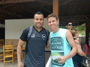 Francisquense acompanha treino do Botafogo e faz homenagem a um amigo