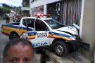 Viatura da PM se envolve em acidente após perseguição a motociclista, em Mantena