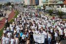 Capixabas se reúnem na Praia de Camburi para caminhada pela paz