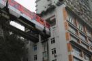 Trem atravessa três blocos de prédio residencial na China