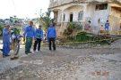 Funcionários da prefeitura atendem moradores no bairro Irmãos Fernandes