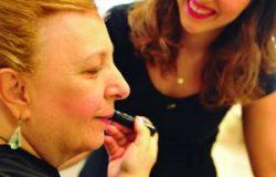 Mulheres com deficiência visual aprendem a se maquiar sozinhas