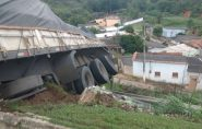 Caminhão fica pendurado em ribanceira na BR-101, em São Mateus