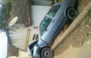 Veículo fica pendurado após acidente em Mantena