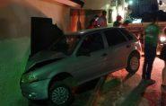 Carro descontrolado bate em residência em Mantena