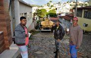 Funcionários da prefeitura lavam rua e são recebidos com cafezinho