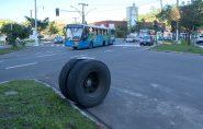 Roda de ônibus se solta e atinge carro de passeio em Vitória