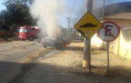 Veículo pega fogo em frente à escola em Barra de São Francisco