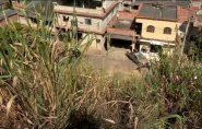 Carro cai em barranco com mais de 20 metros de altura em Colatina