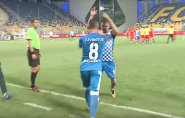 Romeno perde pênalti com cavadinha e quase é agredido por companheiros; vídeo