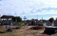 Sem coveiro, moradores usam as próprias mãos para sepultar parentes