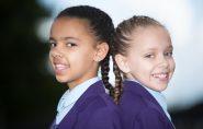 Raríssimas gêmeas branca e negra começam a ir para a escola
