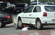 Carro passa por cima de moto e motoqueiro sai ileso em Colatina