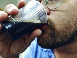 Comer e beber em recipientes de plástico aumenta risco de câncer, alerta nutricionista