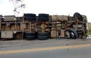 Caminhão carregado com café tomba em Rodovia entre Vila Pavão e Nova Venécia