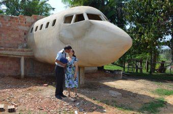 Brasileiro constrói casa em formato de avião e faz sucesso na web: 'sonho de uma vida'