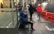 Clientes fazem fila para comprar iPhone que não foi lançado