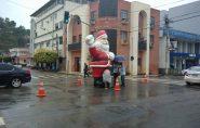 O caso do Papai Noel gigante no meio da avenida é pra ter viés político?