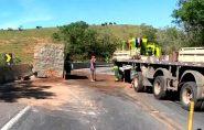 Carreta com bloco de granito tomba na BR-101, no Sul do ES