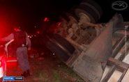Caminhão carregado com mamão tomba na rodovia entre Barra de São Francisco e Mantena