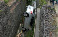 Motorista perde o controle da direção e carro vai parar dentro de vala, em Linhares