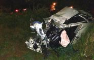 Grave acidente em Mantena: carro bate em árvore e motor é arrancado
