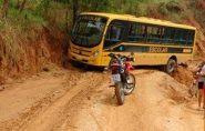 Ônibus escolar derrapa e fica à beira de barranco em Mantena