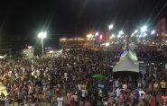 Turistas e moradores lotam praça na primeira noite de festa em Guriri