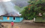 Fogo consome casa, móveis e pertences de família em Ecoporanga; polícia investiga se incêndio foi criminoso