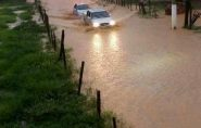 Chuva forte alaga ruas e deixa moradores apreensivos em Barra de São Francisco