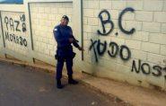 Policial posa armado ao lado de muro pichado em Barra de São Francisco e manda recado para bandidos