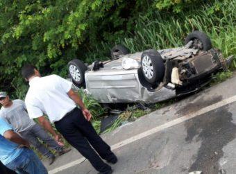 Motorista perde controle da direção e capota carro na rodovia que liga Nova Venécia a São Mateus