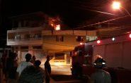 Incêndio em terraço destrói pertences e assusta moradores em Barra de São Francisco