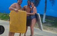 Barraqueiro usa tampas de caixas de isopor e salva casal de turistas argentinos de afogamento no Brasil