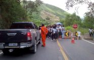 BR-259 é interditada em protesto de estudantes de Colatina