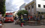 Moto pega fogo depois de bater em Corolla no centro de Barra de São Francisco