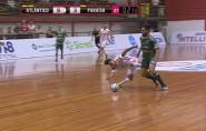 Jogador brasileiro vira o joelho em disputa de bola e sofre lesão feia; vídeo