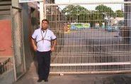 Motorista demitido se acorrenta e impede saída de ônibus na Grande Vitória